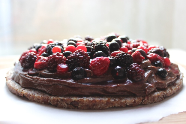 tarte choco-mangue aux fruits rouges crue et vegan